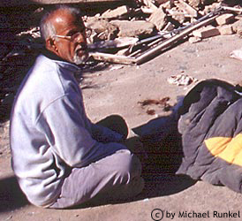 Akhbar der Wirt des guesthouses verlor 19 Mitglieder seiner Familie und half trotzdem unermüdlich bei den Rettungsarbeiten.
